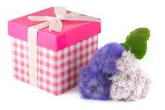 Rectángulo de regalo y manojo de flores Imagenes de archivo
