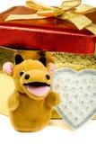 Rectángulo de regalo y toro amarillo Foto de archivo