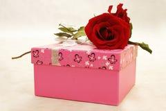 Rectángulo de Rose y de regalo imagenes de archivo