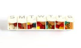 Rectángulo de siete días de la píldora con las píldoras Imagen de archivo