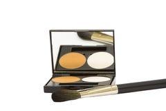 Rectángulo del maquillaje con el polvo y cepillo aislado Fotos de archivo