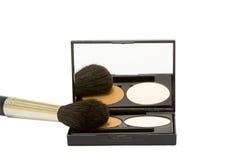 Rectángulo del maquillaje con el polvo y cepillo aislado Imágenes de archivo libres de regalías