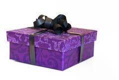 Rectángulo del presente de la púrpura del brillo con la cinta negra Imagen de archivo
