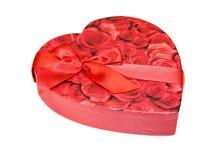 Rectángulo en forma de corazón de chocolates con las rosas rojas Imágenes de archivo libres de regalías