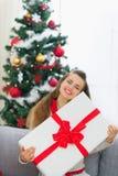 Rectángulo grande del regalo de Navidad del abarcamiento feliz de la mujer Fotografía de archivo libre de regalías