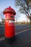 Rectángulo rojo del poste por la cara del camino. foto de archivo