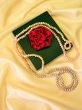 Rectángulo y perlas de regalo Fotos de archivo libres de regalías
