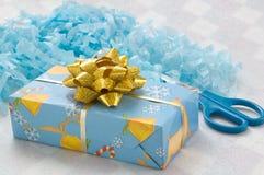 Rectángulo y tijeras de regalo imagenes de archivo