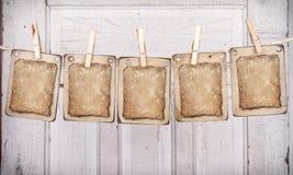 Rectángulos de madera con el documento sobre una línea de ropa foto de archivo libre de regalías