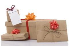 Rectángulos de regalo con la cinta y la escritura de la etiqueta en blanco Fotos de archivo libres de regalías