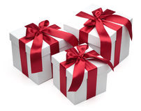 Rectángulos de regalo con las cintas y los arqueamientos rojos. Imagen de archivo