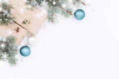 Rectángulos de regalo con las decoraciones de la Navidad Fotos de archivo