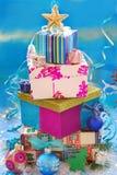 Rectángulos de regalo en la dimensión de una variable del árbol de navidad Imagen de archivo libre de regalías
