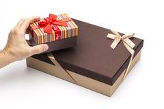 Rectángulos de regalo en manos en un fondo blanco. Foto de archivo libre de regalías