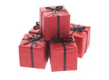 Rectángulos de regalo rojos con las cintas negras del arqueamiento Imagen de archivo