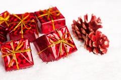 Rectángulos de regalo rojos con pinecone Fotografía de archivo libre de regalías
