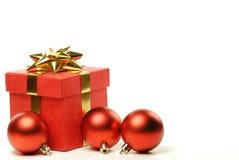 Rectángulos de regalo rojos y bola pulida en blanco Foto de archivo
