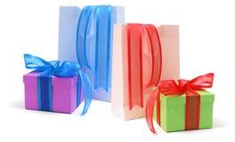 Rectángulos de regalo y bolsos de compras Foto de archivo