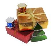 Rectángulos de regalo y ornamentos de la Navidad, aislados Fotos de archivo