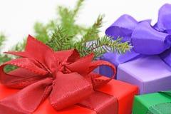 Rectángulos de regalo y rama del árbol Fotografía de archivo