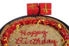 Rectángulos de regalos con la galleta del cumpleaños imagen de archivo