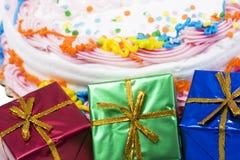 Rectángulos de regalos con la torta fotos de archivo