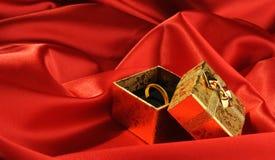 Rectángulos del oro con un anillo de bodas Imagenes de archivo