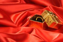 Rectángulos del oro con un anillo de bodas Imágenes de archivo libres de regalías