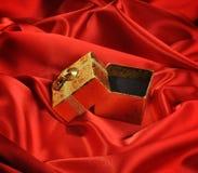 Rectángulos vacíos del oro en la seda roja Foto de archivo