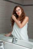 Rectifié dans le renivellement magnifique de femme d'essuie-main à la salle de bains Photos libres de droits