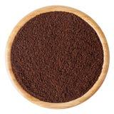 A rectifié les grains de café rôtis dans la cuvette en bois d'isolement sur le blanc Photos libres de droits