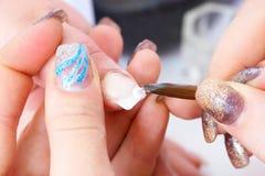 Rectification des clous utilisant l'acrylique photographie stock