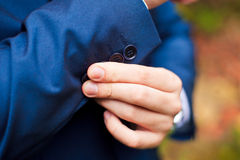 rectification Plan rapproché d'un homme dans la veste corrigeant des douilles images libres de droits