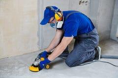Rectification superficielle de plancher en béton par la machine de broyeur d'angle images stock