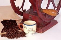 Rectifieuse antique de roue de café de plan rapproché, haricots, cuvette photographie stock