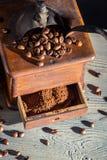 Rectifieuse de café et grains de café démodés Photo stock