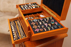 Rectángulo de joyería con los anillos y las pulseras Imagen de archivo libre de regalías