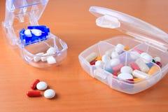 Rectángulo de la píldora y cortador clasificados de la píldora Foto de archivo