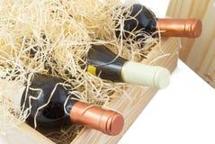 Rectángulo de madera con el vino Fotos de archivo