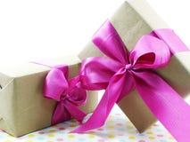 Rectángulo de regalo con el arqueamiento rosado de la cinta Imagen de archivo libre de regalías