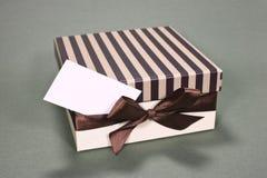 Rectángulo de regalo con la tarjeta de visita Fotografía de archivo