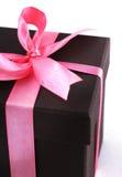 Rectángulo de regalo con las cintas rosadas Imagenes de archivo