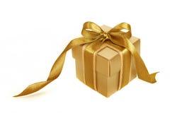 Rectángulo de regalo del oro con la cinta del oro aislada Foto de archivo libre de regalías