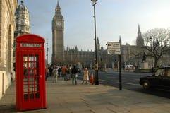Rectángulo del teléfono de Londres cerca de Ben grande Imagen de archivo libre de regalías