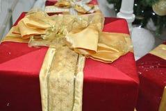 Rectángulos de regalo rojos con la cinta del oro Imagen de archivo libre de regalías