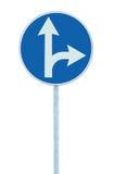 Recto o de giro a la derecha obligatorio a continuación, señal de tráfico del indicador de la señal de dirección de la ruta del c Fotos de archivo libres de regalías