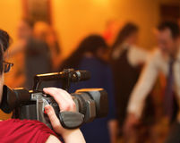 Recubrimiento de un evento con una cámara de vídeo foto de archivo