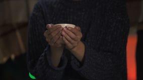 Recubrimiento femenino en el asilo solo de la gente, cuidado del asistente social blando de Navidad almacen de metraje de vídeo