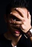 Recue o homem assustador que esconde com mão na face Imagem de Stock Royalty Free
