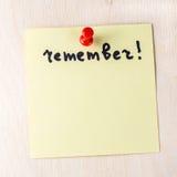 Recuerde la nota sobre el post-it de papel Foto de archivo libre de regalías